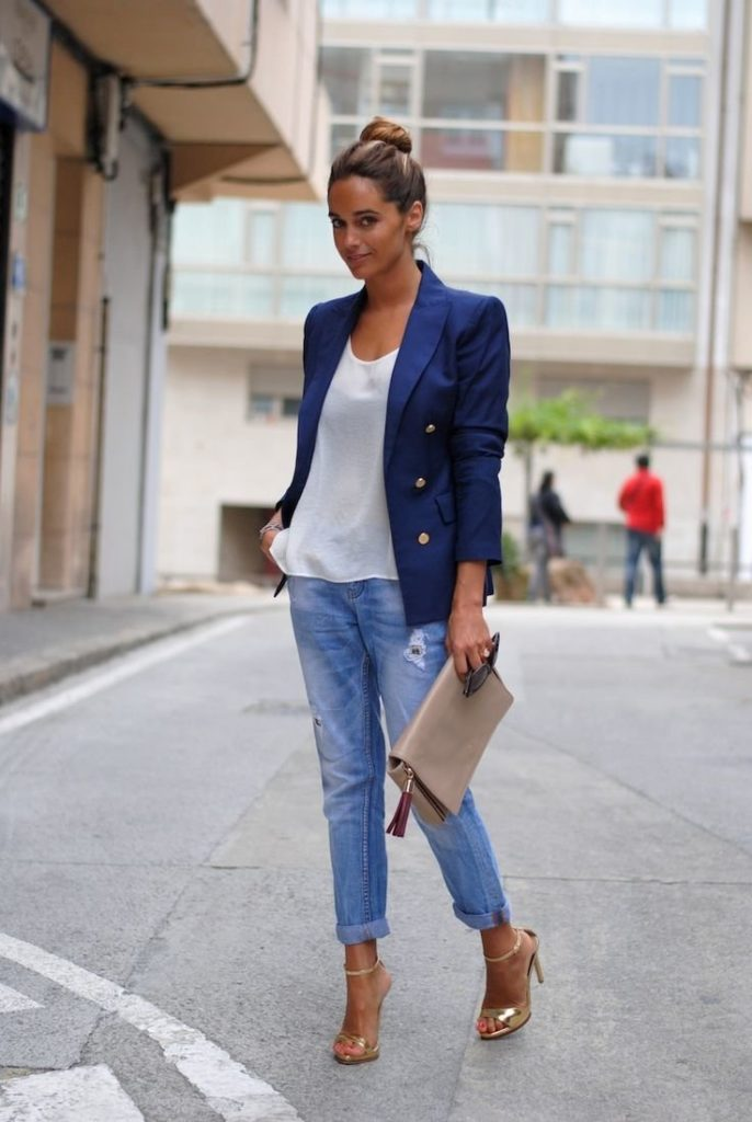 Синий пиджак с джинсами.