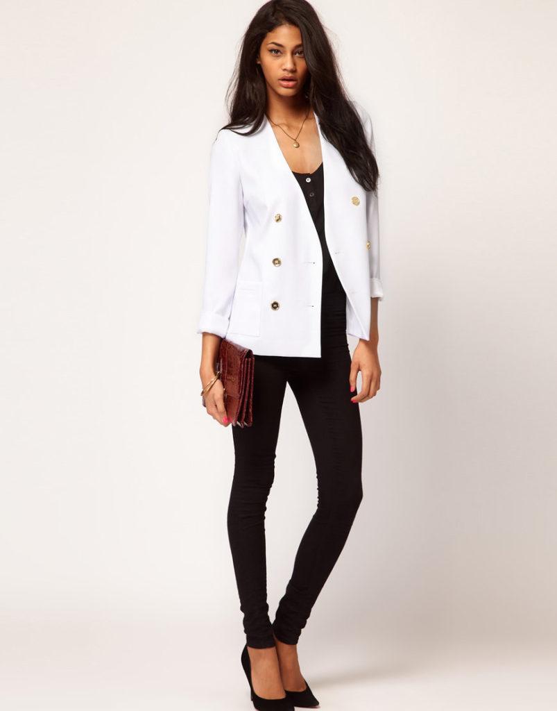 Двубортный белый пиджак.