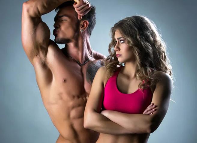 нарцисс мужчина хвастает перед девушкой
