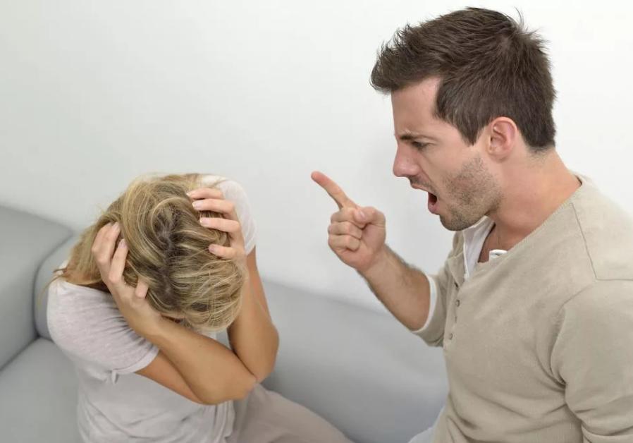 мужчина нарцисс кричит на женщину