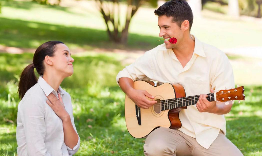 романтик мужчина пикник на природе с гитарой