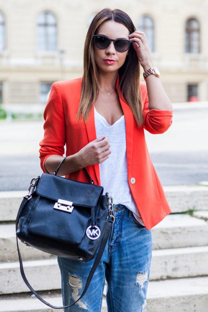 Красный пиджак с джинсами.