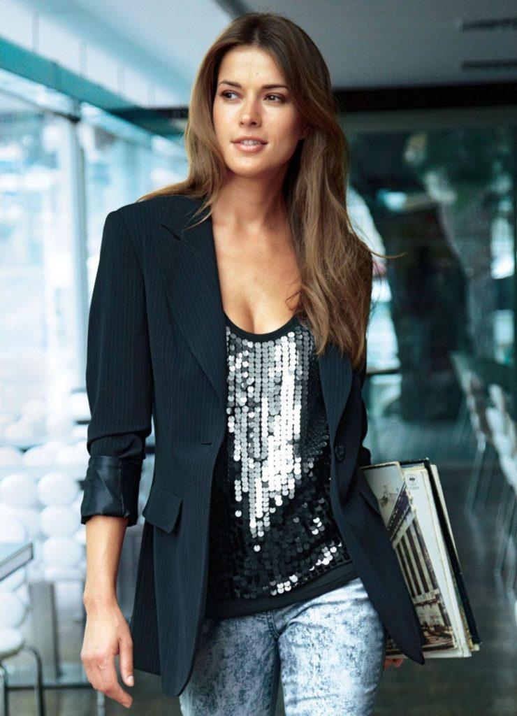 Чёрный пиджак с джинсами.