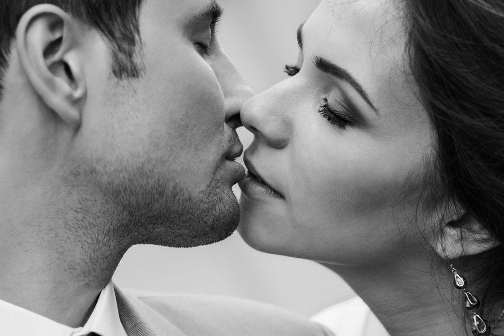 Картинки поцелуе парень