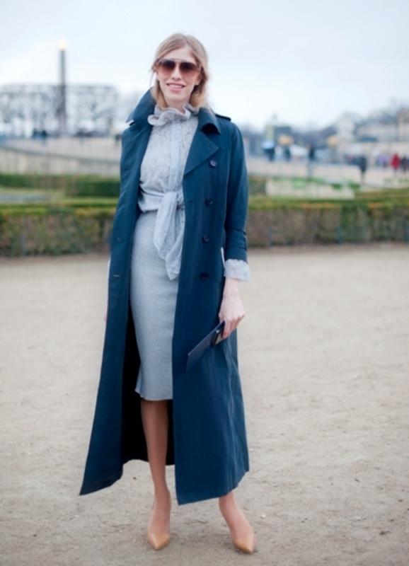 С чем носить женское длинное пальто синего цвета