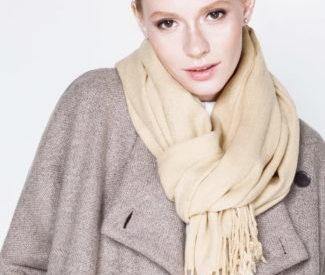 Стильные идеи как завязывать шарф на плащ