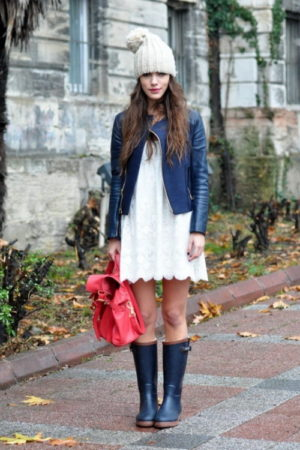 Синие сапоги: с чем их носить