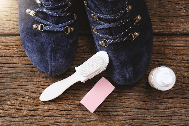 Как почистить темные замшевые сапоги в домашних условиях