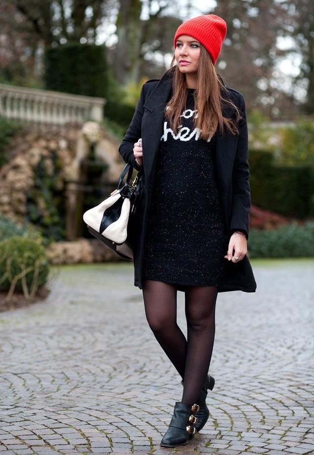 Короткое чёрное пальто.