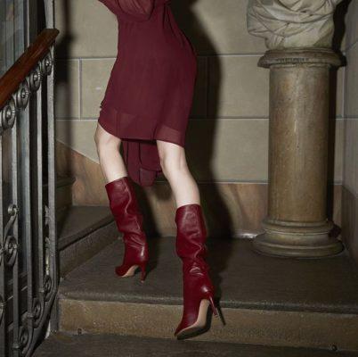 С чем носить бордовые сапоги