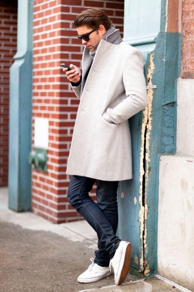 Белые кроссовки с пальто.