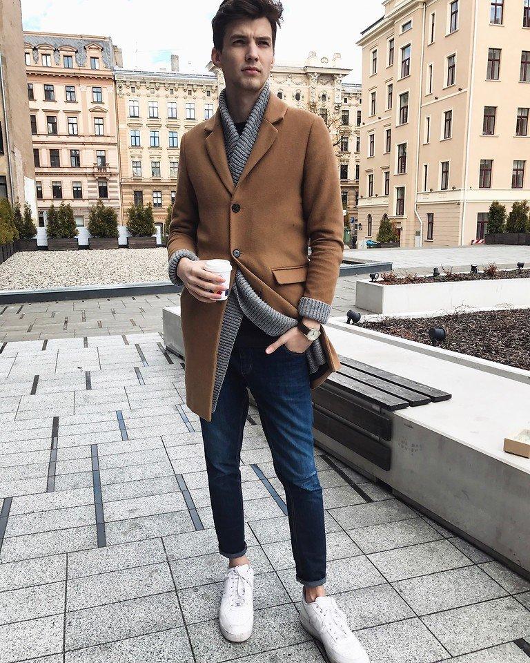 Бежевое пальто с кроссовками.