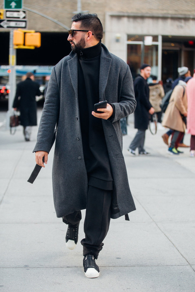 Длинное пальто с кроссовками.