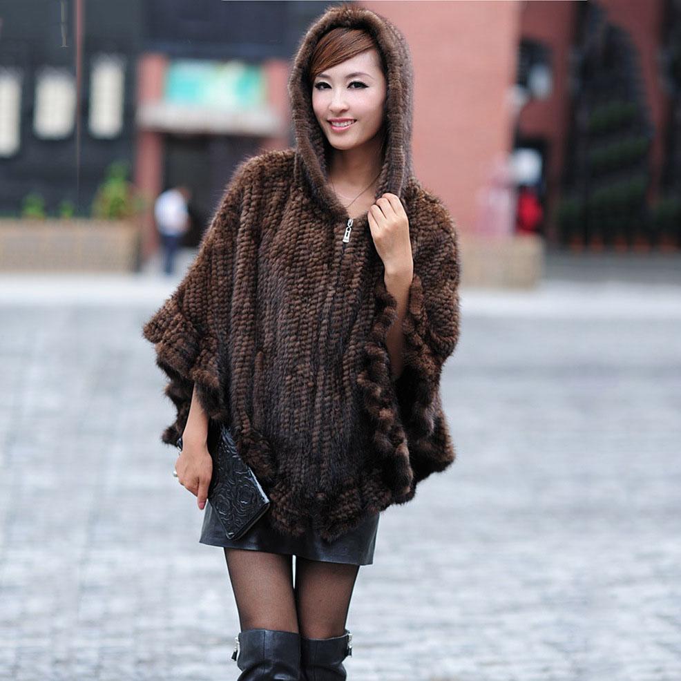 С чем носить пальто с капюшоном из вязаного меха