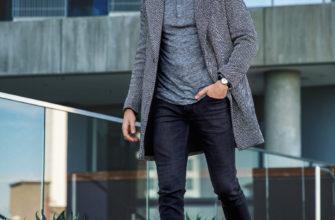 Пальто с высокими ботинками.
