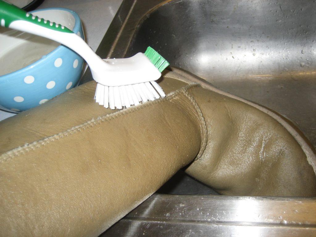 Как почистить замшевые светлые сапоги в домашних условиях