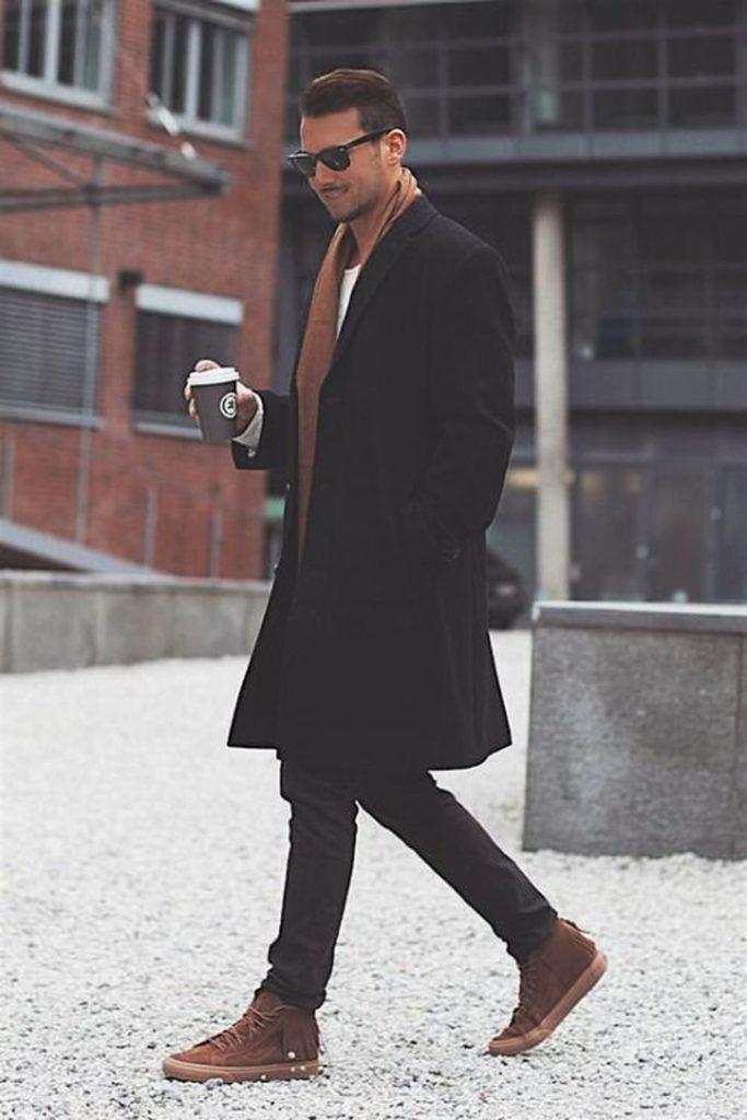 Кроссовки с чёрным пальто.