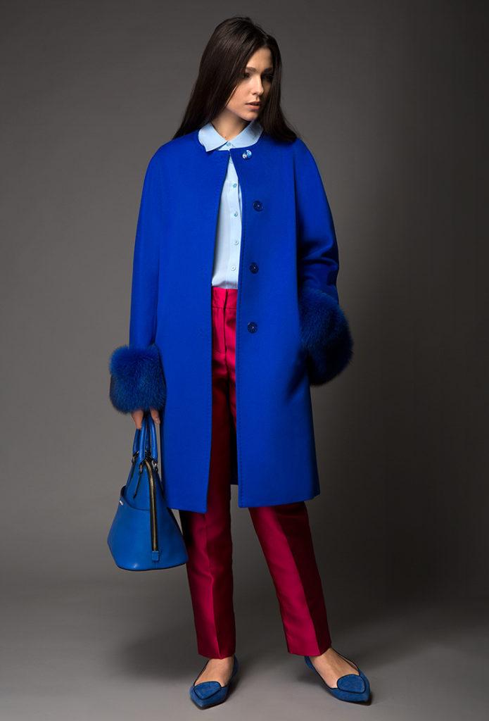 С чем носить женское пальто ярко- синего цвета