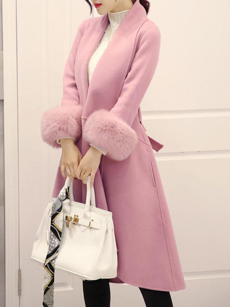 Бледно-розовое пальто.