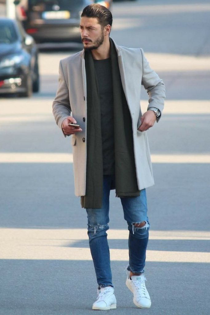 Пальто с белыми кроссовками и джинсами.
