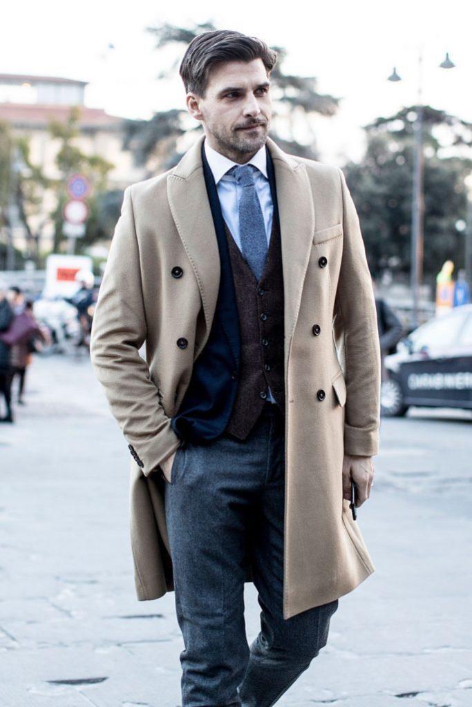 Классическое бежевое пальто.