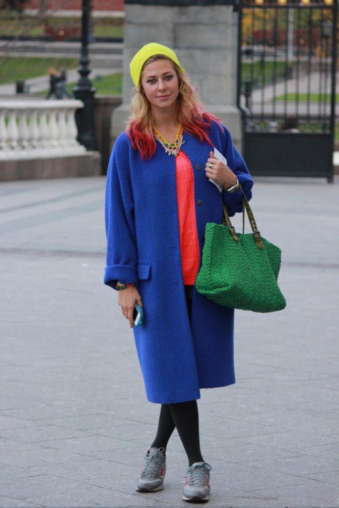 С чем носить женское пальто темно синего цвета