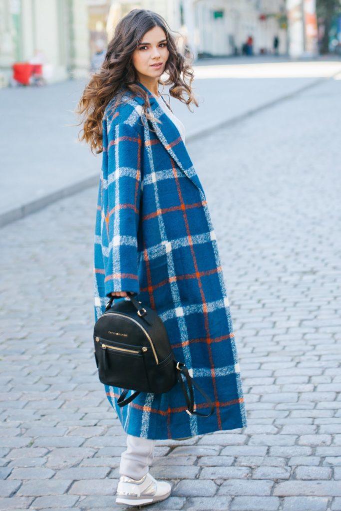 С чем носить женское пальто синего цветав клетку