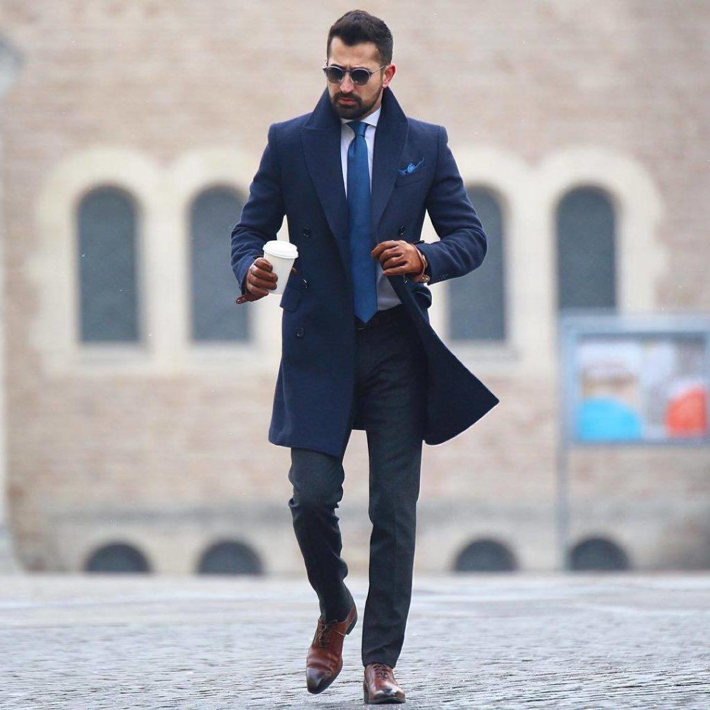 С чем носить мужское синее пальто