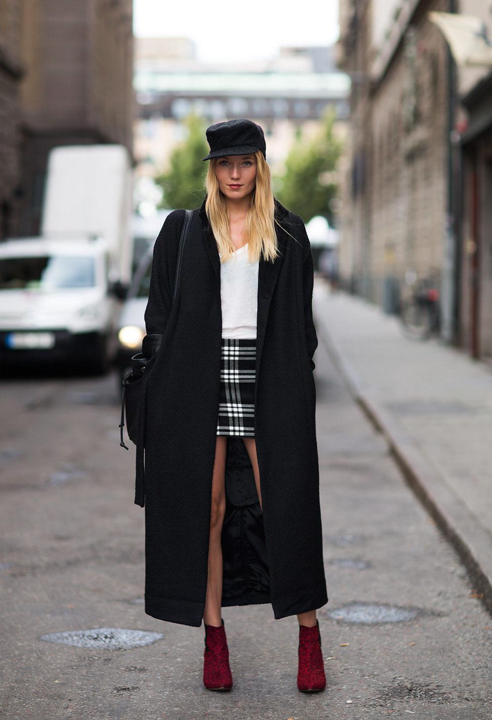 Длинное чёрное пальто.