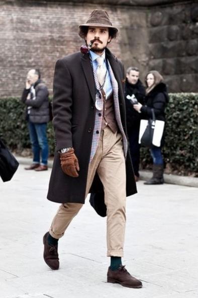 коричневое мужское пальто со светлыми брюками и пиджаком
