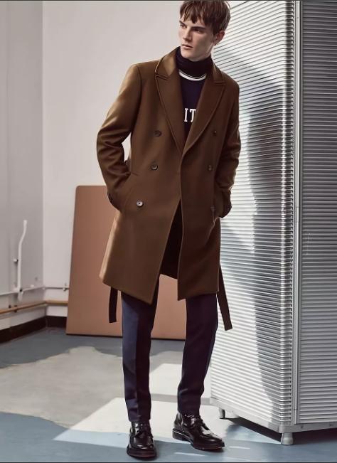 коричневое мужское пальто с черными туфлями