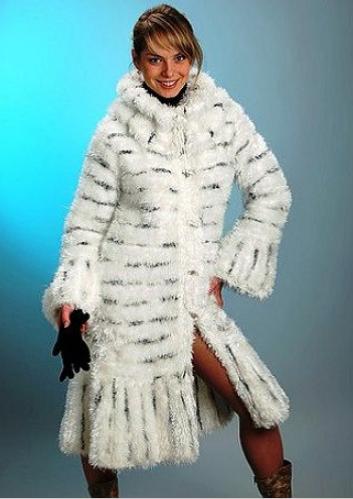 вязаное женское пальто из травки белое
