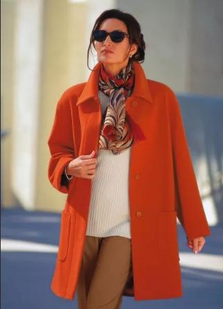 терракотовое пальто и светлый свитер и шарф