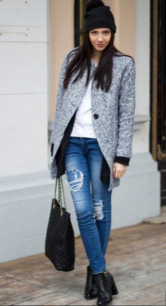 серое пальто оригинальный крой и джинсы