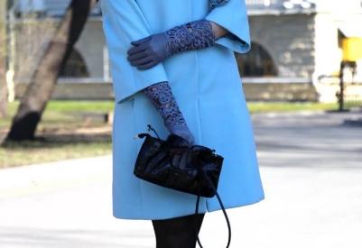 Стильные образы с голубым пальто, как правильно носить