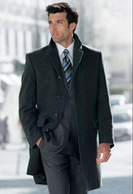 черное мужское пальто с деловым костюмом