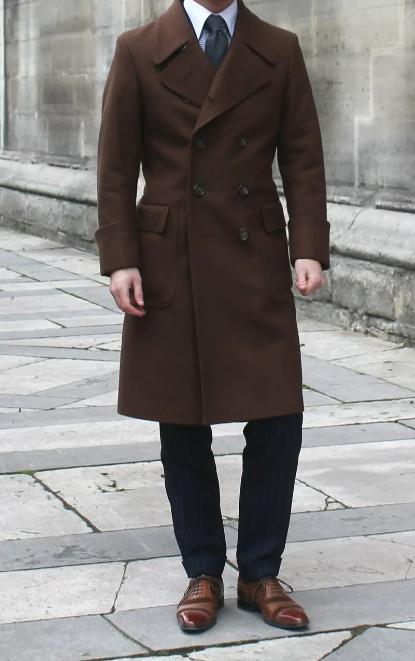 коричневое мужское пальто до колена