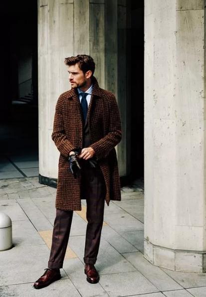 С чем носить коричневое пальто мужчине?