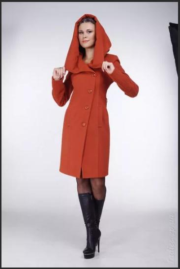 терракотовое пальто и черные сапоги