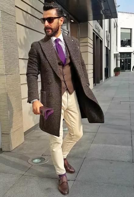 коричневое мужское пальто со светлыми брюками