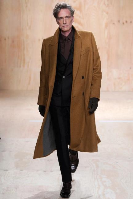 коричневое мужское пальто на мужчине 50+