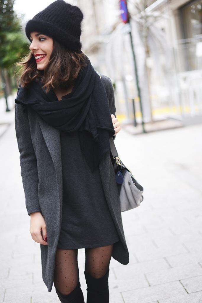 Серый берет и черное пальто фото
