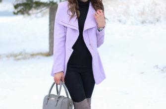 Светло-фиолетовое короткое пальто.