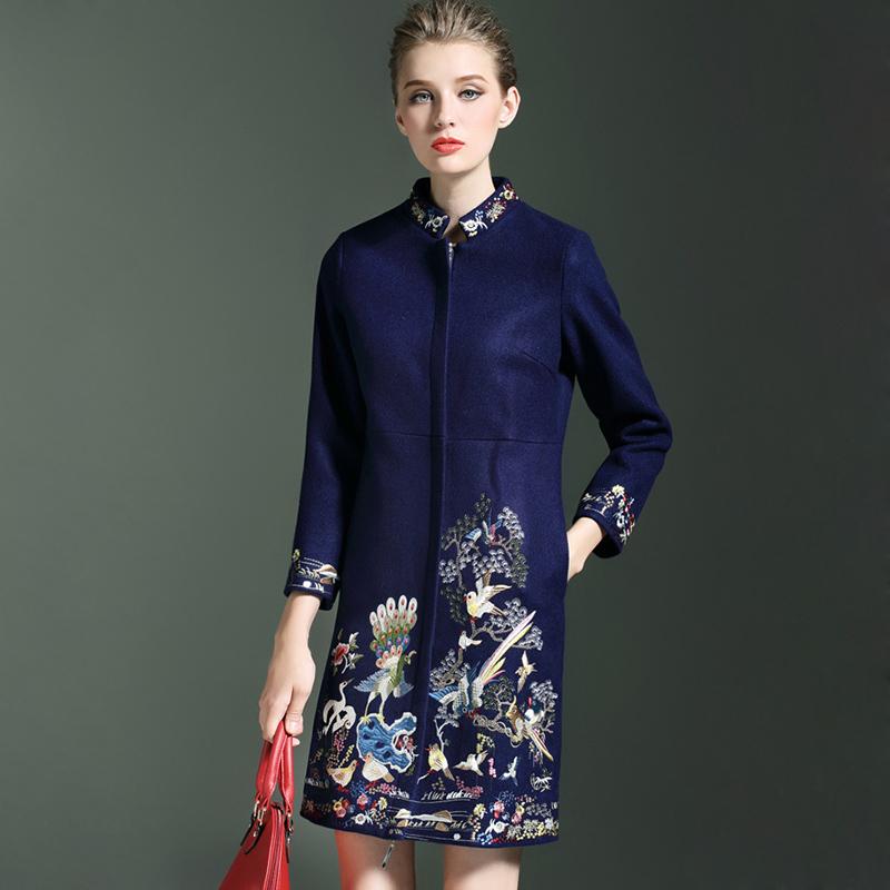 С чем носить женское пальто синего цветас узорами