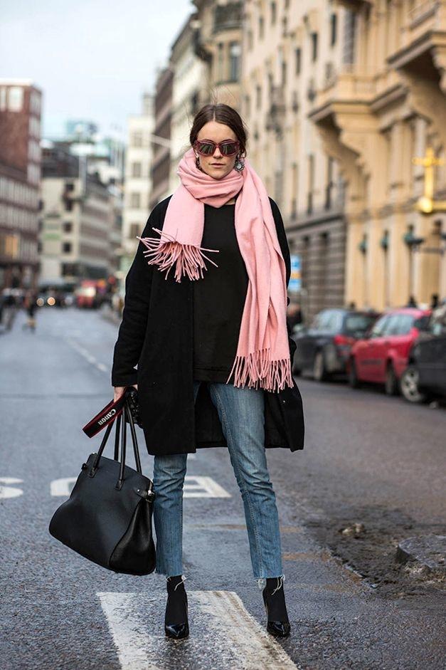 С джинсами и розовым шарфом.