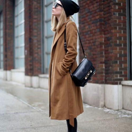 Как комбинировать бежевое пальто с кроссовками