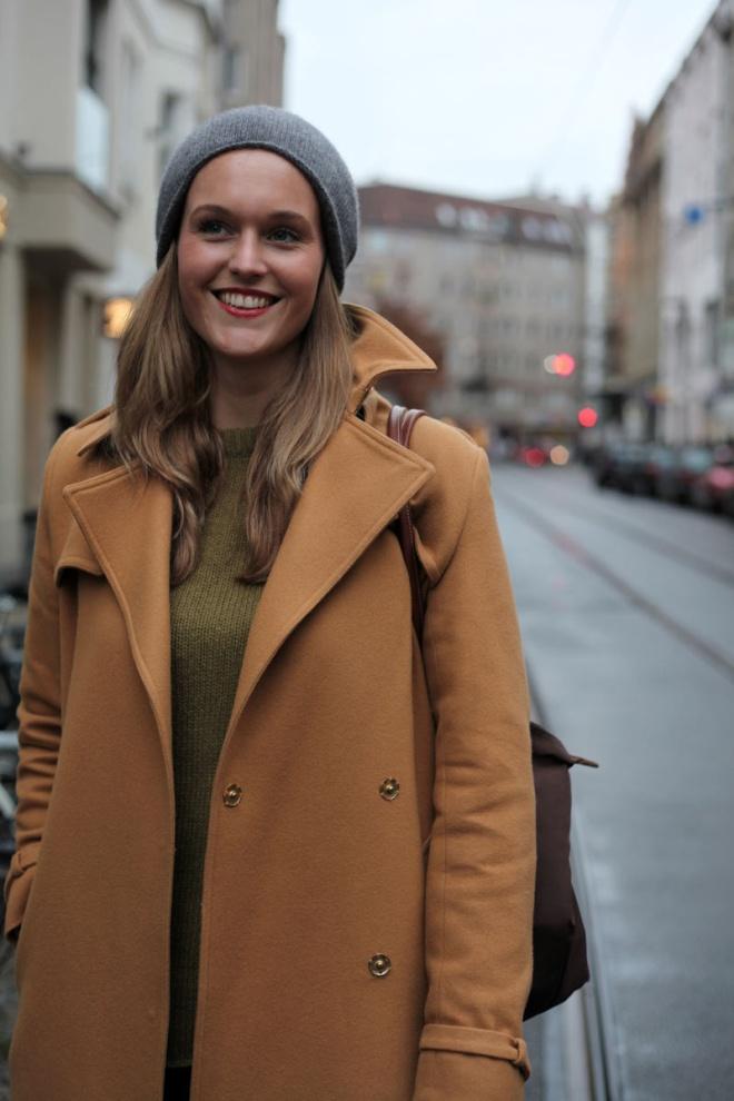 С какой шапкой носить бежевое пальто модели