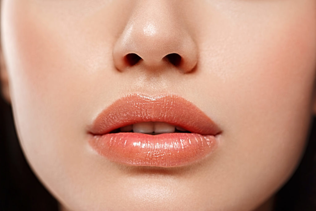 Как увеличить губы с помощью помады