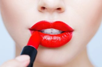 красит помадой губы