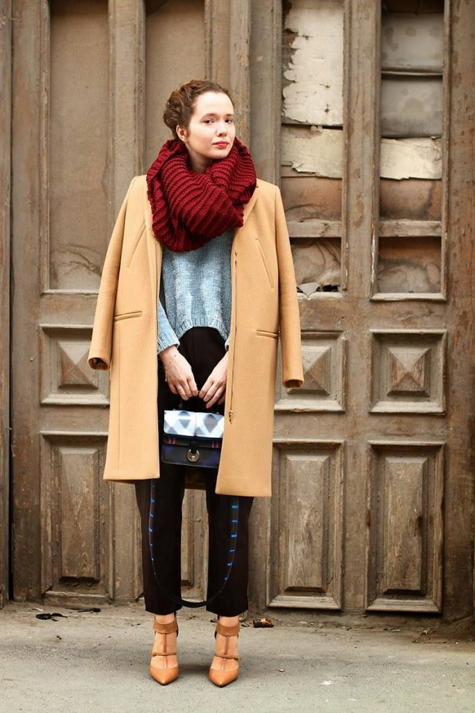 Какой шарф и головной убор подойдут под пальто бежевого цвета?